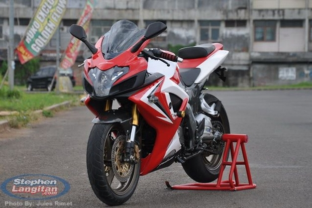 Modified Bajaj Pulsar 220 (aka Rouser 220).