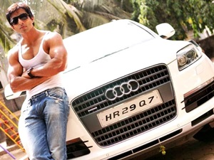 actor-sonu-soods-audi-q7-catches-fire-at-bandra-mumbai