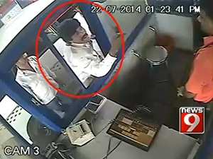 karnataka-rakshana-vedike-president-thrash-toll-booth-operator