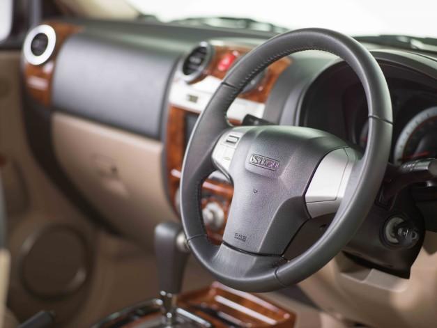 isuzu-mu-7-automatic-audio-controls-mounted-3-spoke-steering-wheel