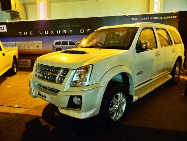 isuzu-mu-7-automatic-exterior-outside-india