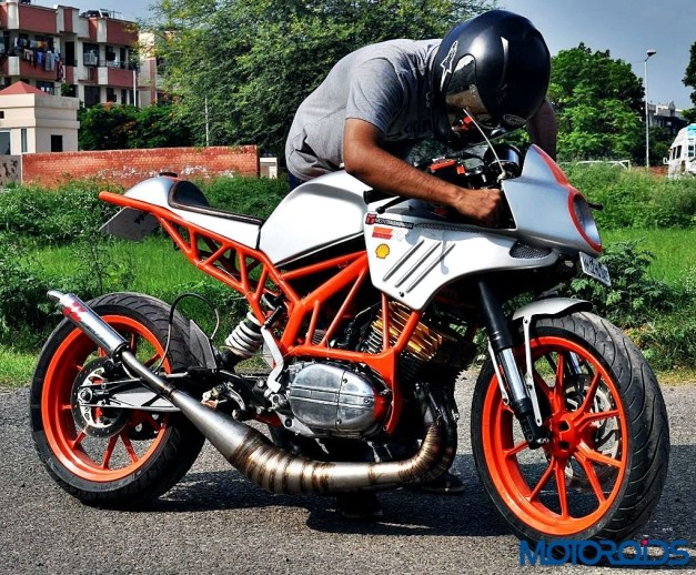customised-modified-yamaha-rd-350-ktm-duke-390-flying-sikh-side-profile