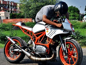 customised-modified-yamaha-rd-350-ktm-duke-390-flying-sikh