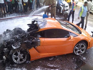 lamborghini-gallardo-catches-fire-in-delhi