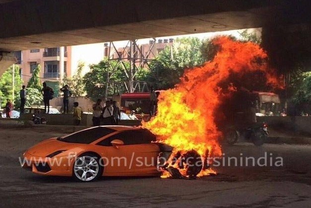 lamborghini-gallardo-delhi-catches-fire