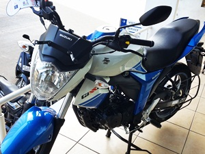 2015-suzuki-gixxer-in-metallic-triton-blue-pearl-mirage-white
