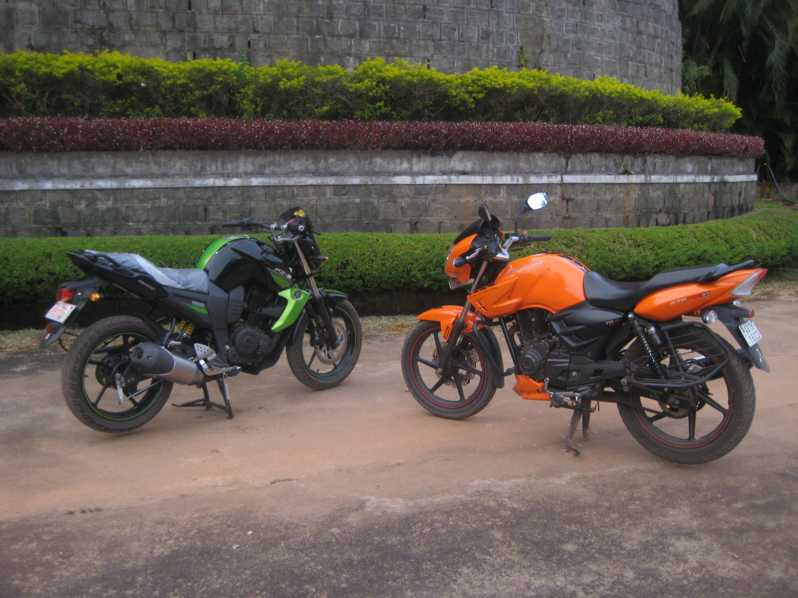 Comparo rtr fi challenges fz s for Yamaha fz back tyre price