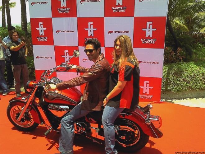 Diya_Garware_Arjun_Rampal_hyosung_launch