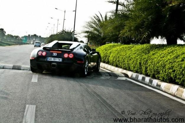 Bugatti-Veyron-speed-bump-004