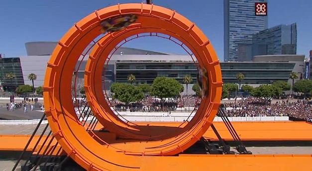 Hot Wheels racing cars stunt in 60-foot-tall double vertical loop