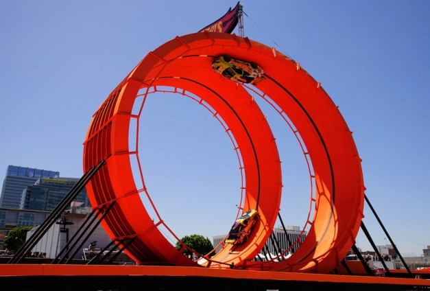 Hot Wheels racing cars stunt in 60-foot-tall double vertical loop