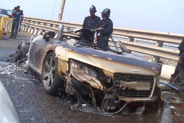 Audi R8 burn into flames at Bandra-Worli sea link Mumbai