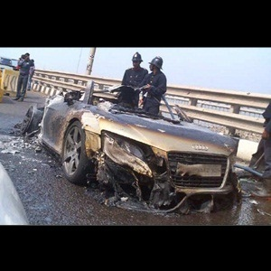Audi R8 burn into flames at Bandra-Worli sea link Mumbai