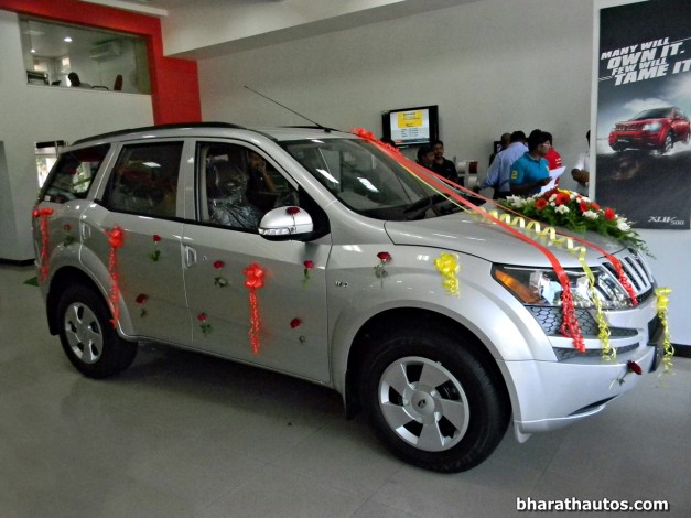 new-mahindra-xuv500-w4-india-frontview