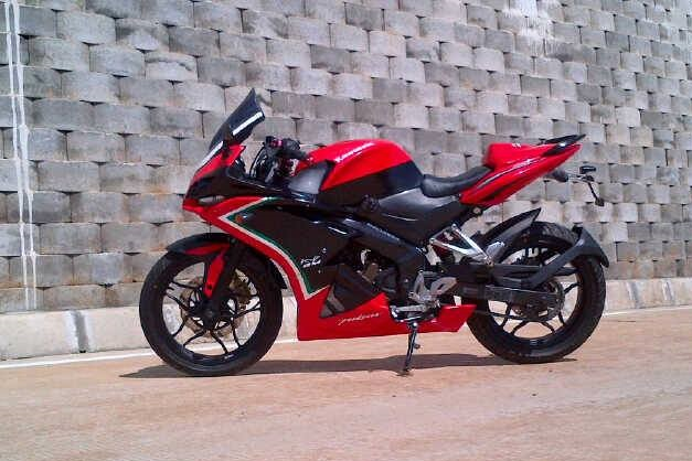 fully_faired_bajaj_pulsar_200ns_left_side