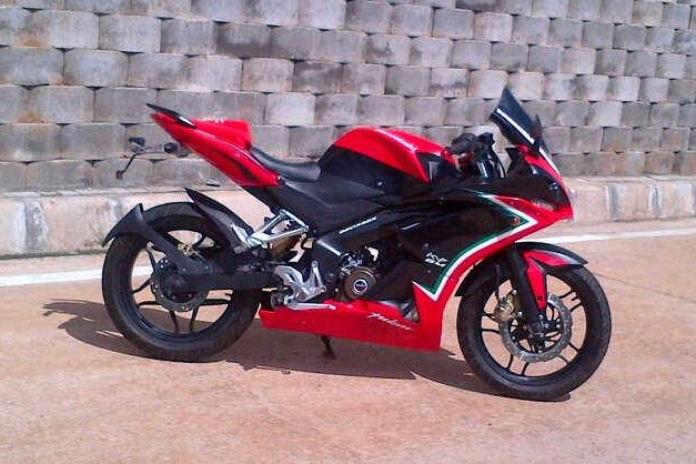 fully_faired_bajaj_pulsar_200ns_right_side