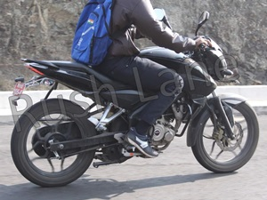 new-bajaj-pulsar-150ns-180ns-spyshots-show-a-downsized-200ns