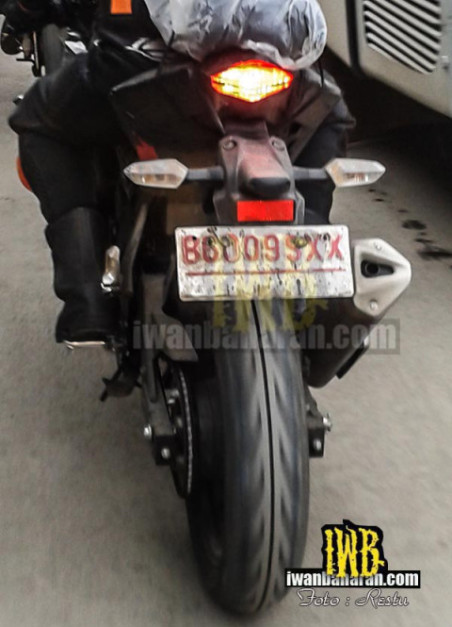 new-kawasaki-single-cylinder-150cc-motorcycle-india-rear