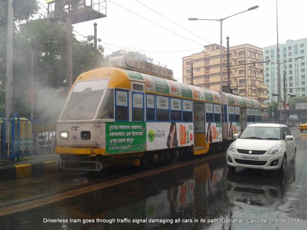 driverless-tram-crashes-cars-calcutta-accident