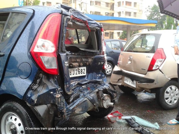 driverless-tram-crashes-cars-kolkata-accident