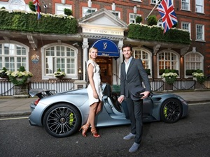 sharapova-arrives-wimbledon-party-aboard-porsche-918