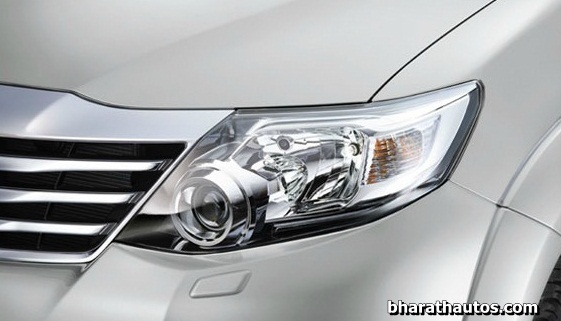 2015-updated-toyota-fortuner-4x4-at-smoke-painted-headlamps