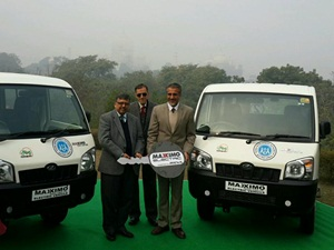mahindra-maxximo-electric-van-taj-mahal-tourists