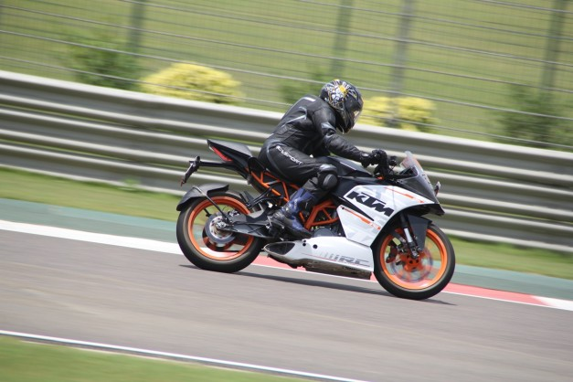 2015-ktm-track-day-at-buddh-international-circuit-greater-noida-002