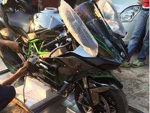 ms-dhoni-first-owner-of-kawasaki-ninja-h2-in-india