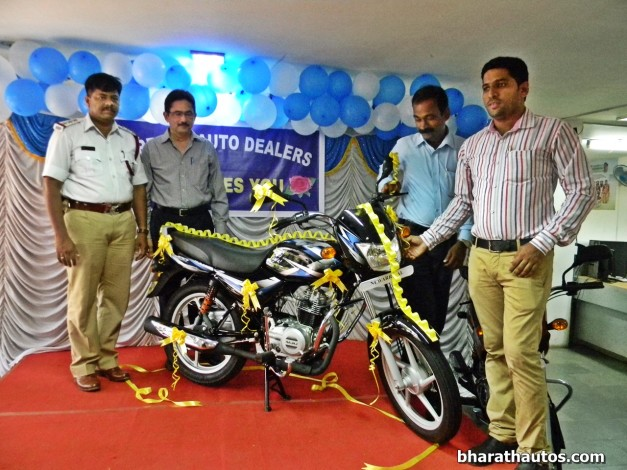 suresh-kumar-circle-inspector-sudarshan-bhat-dgm-guru-prasad-agm-bajaj-ct100-launch-at-supreme-motors-mangalore
