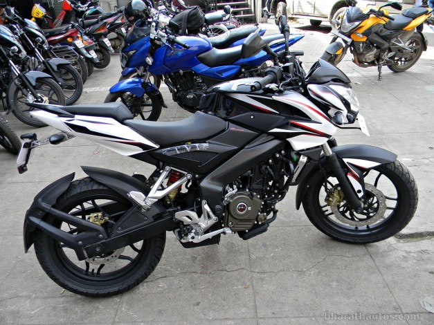 bajaj-pulsar-200ns-two-colour-paint