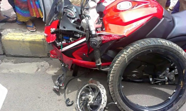 bajaj-pulsar-rs200-alloy-wheel-breakage