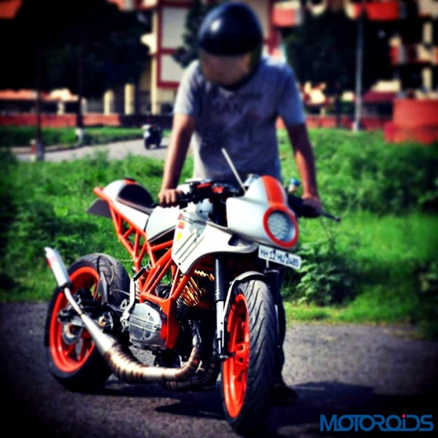 customised-modified-yamaha-rd-350-ktm-duke-390-flying-sikh-front