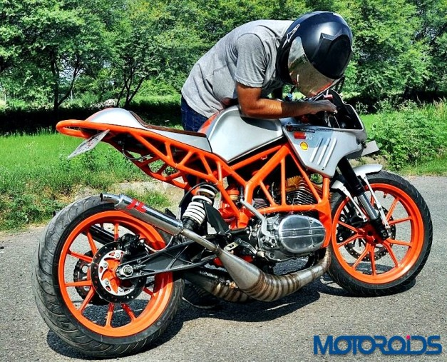 customised-modified-yamaha-rd-350-ktm-duke-390-flying-sikh-rear