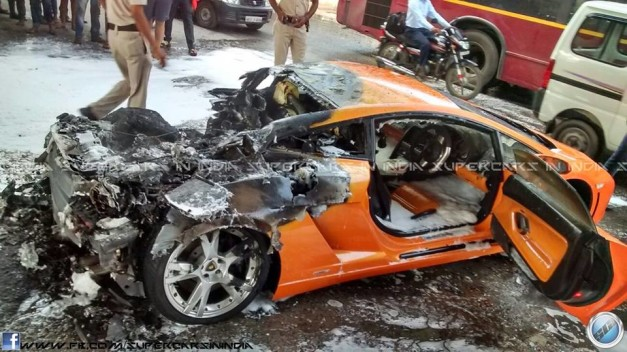 lamborghini-gallardo-catches-fire-in-delhi-001