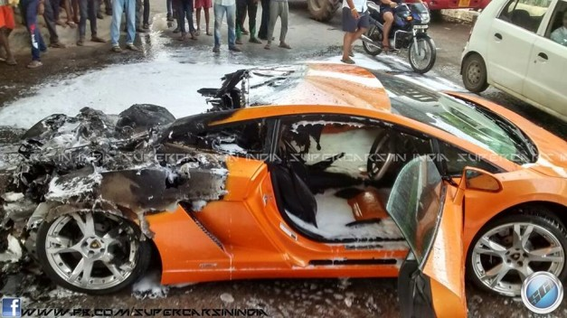 lamborghini-gallardo-catches-fire-in-delhi-002