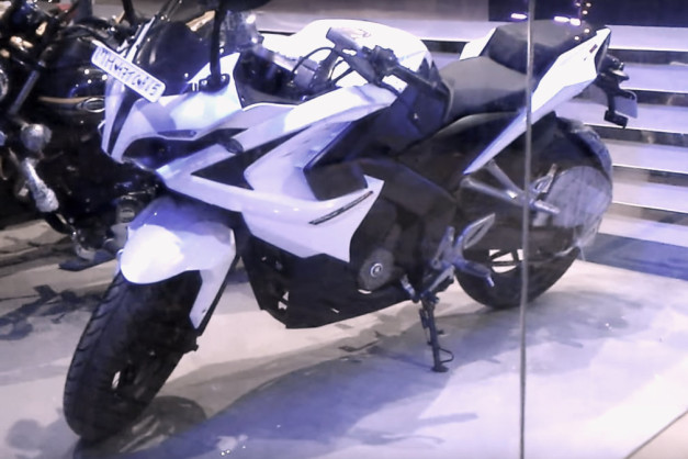 bajaj-pulsar-rs200-white-colour-shade-spied-picture-snap