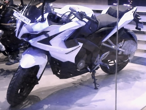 bajaj-pulsar-rs200-white-colour-spied-video