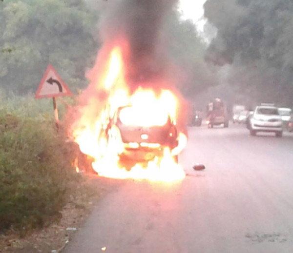 maruti-celerio-diesel-engulfed-into-flame-surat-highway-owner-dead