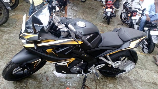 mumbai-dealership-matte-black-bajaj-pulsar-rs200