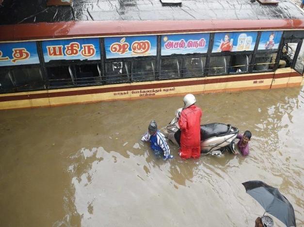chennai-flood-tvs-motor-bajaj-auto-yamaha-royal-enfield-eicher-motors-free-service-camps