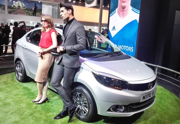 tata-motors-couple-male-female-models-2016-auto-expo-pictures-photos-images-snaps
