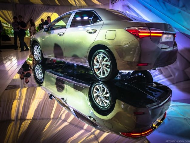 2017-new-toyota-corolla-facelift-india-back-pictures-photos-images-snaps