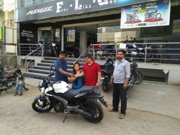 bajaj-dominar-400-moon-white-first-delivery-begins-across-22-cities