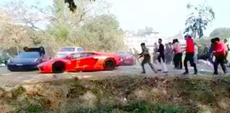 video-lamborghini-ferrari-supercars-run-angry-mob-throw-stones-india