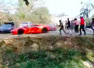video-lamborghini-ferrari-supercars-run-angry-mob-throw-stones-india