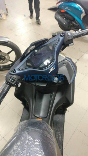 yamaha-aerox-155-maxi-scooter-spyshots-india-cockpit
