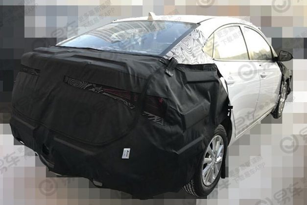 2020-hyundai-verna-yuena-facelift-india-rear-back-pictures-photos-images-snaps-gallery