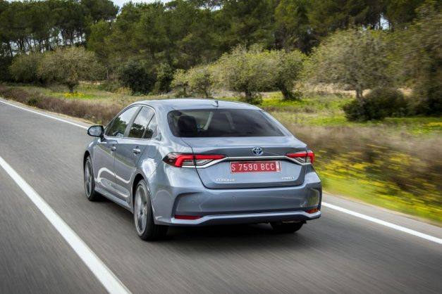 2020-toyota-corolla-altis-hybrid-sedan-rear-back-india-pictures-photos-images-snaps-gallery